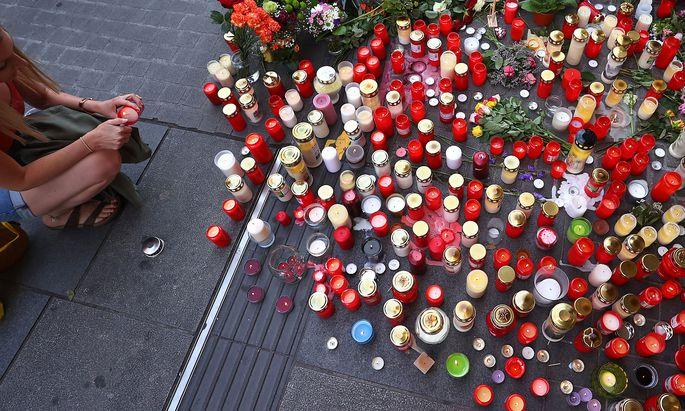 Viele Menschen zündeten Kerzen für die Opfer der Messerattacke in Würzburg an.