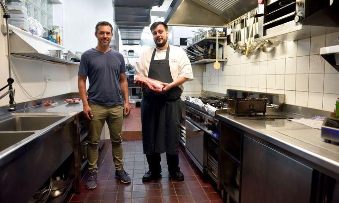 Robert Weishuber (links) beliefert Walter Leidenfrost mit Steaks von der alten Milchkuh, das Letzterer gern grillt.