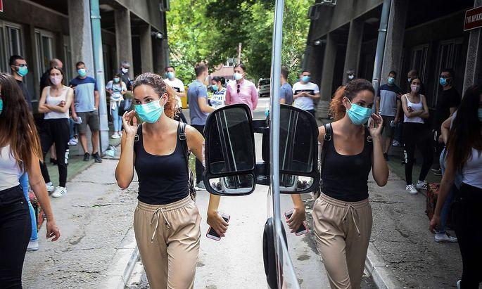 Warten auf Coronatests in Belgrad. Die Zahl der Infektionen ist massiv angestiegen.