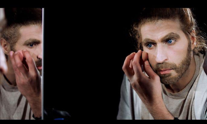 """Im Video """"Reverse Privilege"""" verändert Alaa Alkurdi mit seinen Masken die Art unserer Wahrnehmung."""