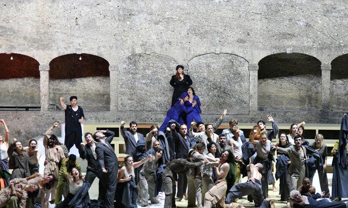 """Das Leibhaftige der Flucht: Luigi Nonos """"Intolleranza 1960"""", inszeniert von Jan Lauwers, bei den Salzburger Festspielen in der Felsenreitschule."""