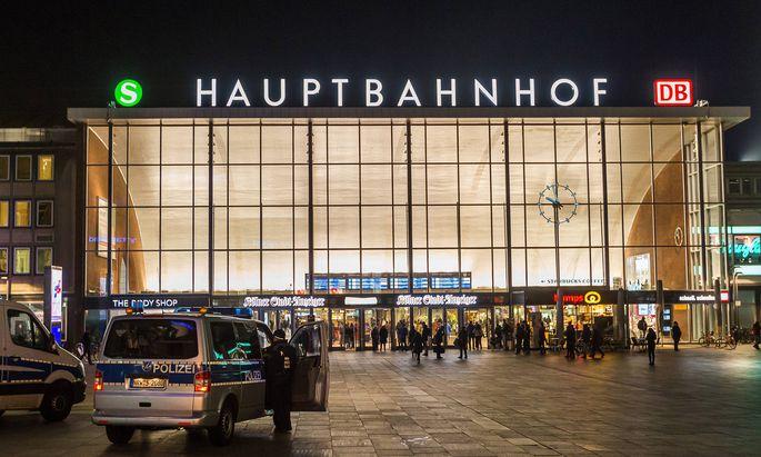 Fahrzeuge der Polizei stehen am 21 Januar 2016 vor dem Hauptbahnhof in K�ln Polizeiwagen vor dem H