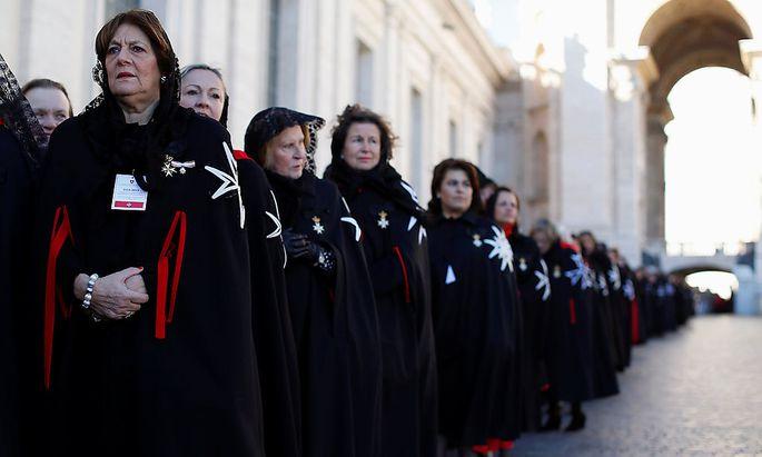 Mitglieder des Malteserordens im Vatikan.