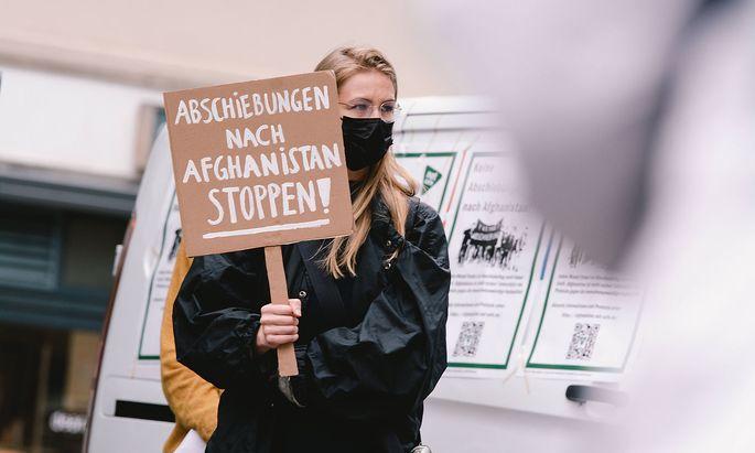 Archivbild. Auch in Deutschland wurden Abschiebeflüge nach Afghanistan kritisiert, hier ein Bild von Anfang Juni von einer Demonstration in Köln.