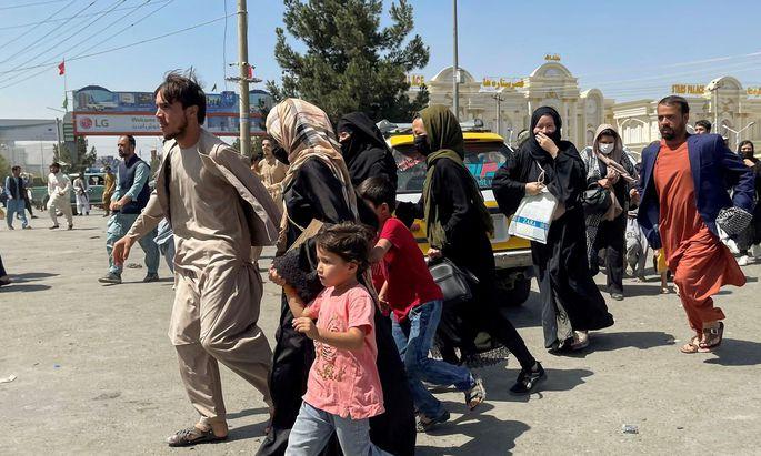 Menschen auf dem Weg zum Flughafen in Kabul