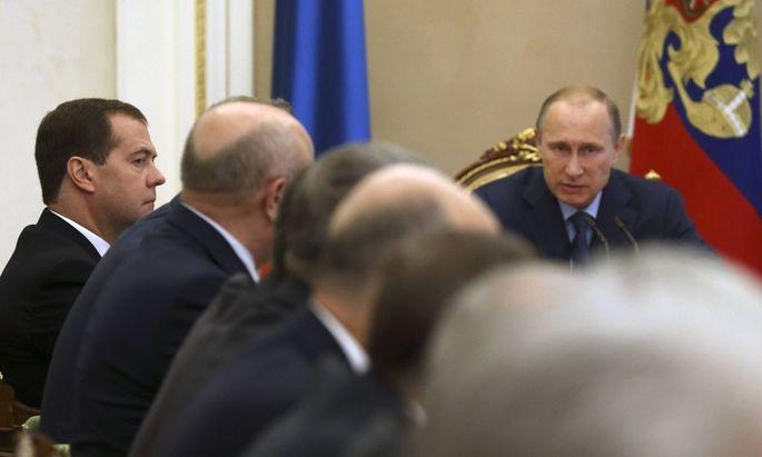 ITAR TASS MOSCOW REGION RUSSIA JULY 22 2014 Russia s president Vladimir Putin R back at a mee