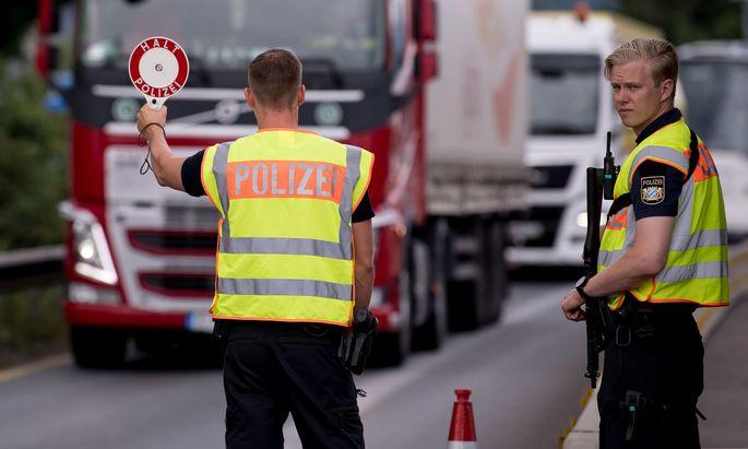 Symbolbild: Polizisten prüfen an der Kontrollstelle Kiefersfelden Fahrzeuge, die aus Österreich nach Deutschland kommen.