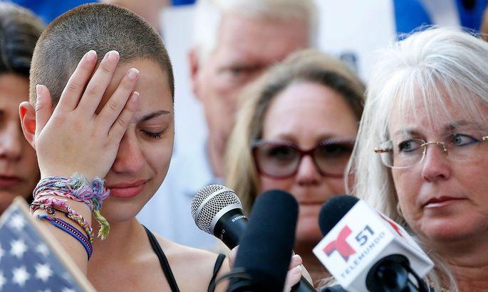 Emma Gonzales (li.) kritisierte die US-Politik für ihr jahrelanges Versagen in der Prävention von Amokläufen an Schulen.