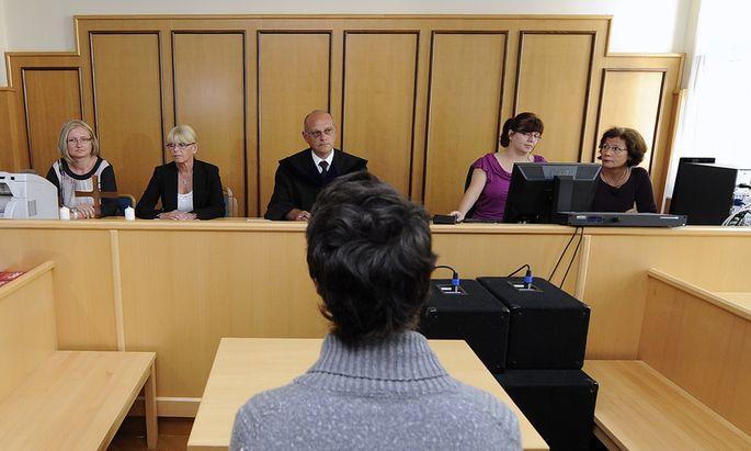 Der junge Angeklagte vor dem Schöffensenat im Wiener Neustädter Gericht