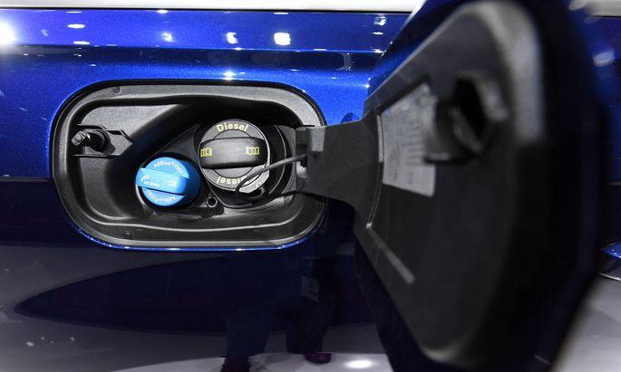 Die Autobauer hätten sich illegal auf kleine Ad-Blue-Tanks zur Dieselreinigung verständigt, lautet ein Vorwurf.