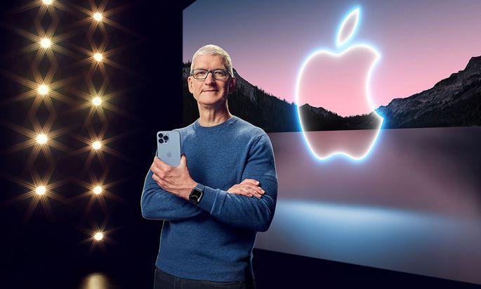 Apple-CEO Tim Cook und das neue iPhone13 Pro.