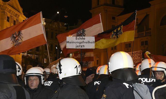 Hitlergrüße auf Pegida-Marsch: Polizei sichtet Bildmaterial