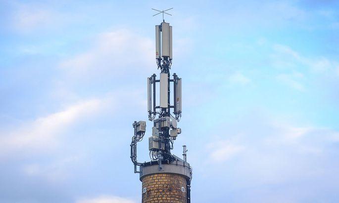 Feature Mobilfunkmast Deutschland, Berlin - 13.10.2019: Im Bild ist ein Mobilfunkmast auf einem Schornstein zu sehen. Be