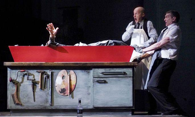 """Bei diesen Bestattern geht es grotesk zu: Robert Chionis und Evert Sooster in """"Ewiger Frieden""""."""