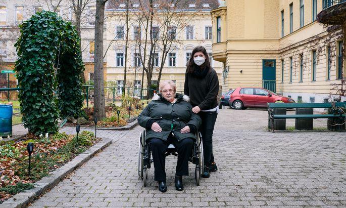 Bewohnerin Rudolfine Fiklik und Pflegedienstleiterin Irena Udric im Haus Schönbrunn der Caritas in Meidling.