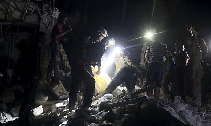 Helfer suchen nach einem Bombenangriff nach Überlebenden.
