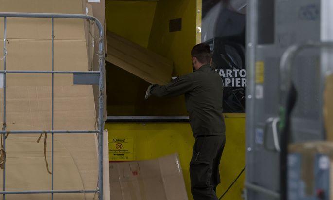 Soldaten der ABC-Abwehrkompanie helfen im Postzentrum Hagenbrunn aus