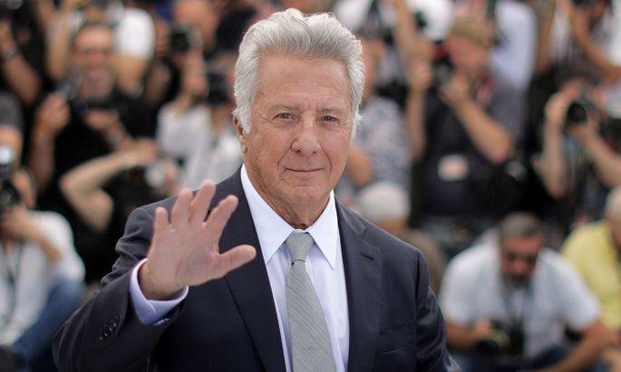 Eine Autorin beschuldigt Schauspieler Hoffman, sie 1985 bedrängt und angefasst zu haben.
