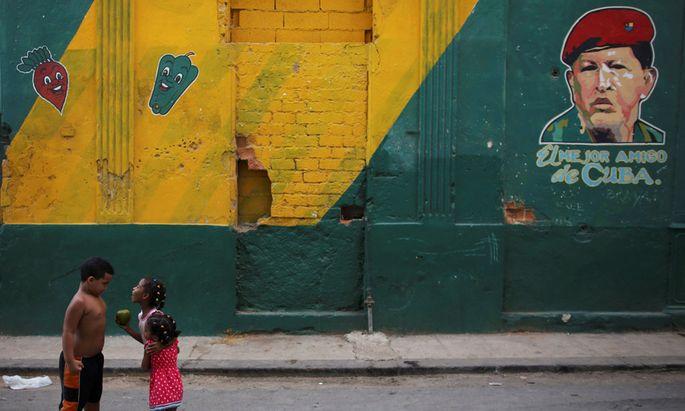 """Seit dem Tod von Präsident Hugo Chávez 2013 (siehe Porträt an der Wand) zerbröckelt """"seine"""" bolivarische Republik zusehends."""