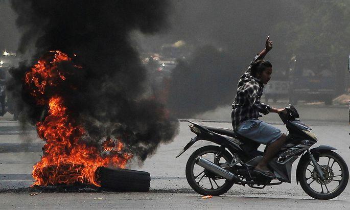 Der Protest (hier in der Stadt Mandalay) flaut nicht ab, die Militärjunta setzt auf Gewalt.
