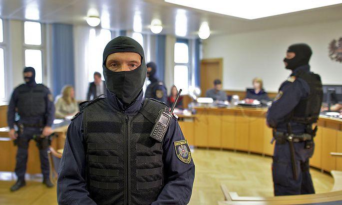 Mitglieder der Justizwache vor dem Prozessbeginn am Dienstag