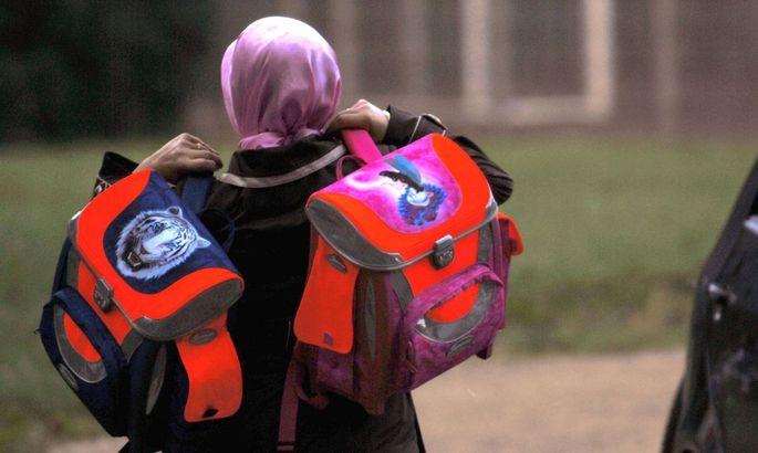 Die Bundesregierung hält am Vorhaben, ein Kopftuchverbot in Volksschulen und Kindergärten umzusetzen, fest.
