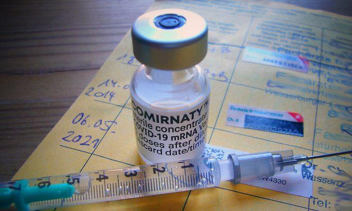 Themenbild / Symbolfoto:Corona Schutzimpfung mit dem Vakzin Comirnaty des Herstellers BioNTech Pfizer und eine Impfspri
