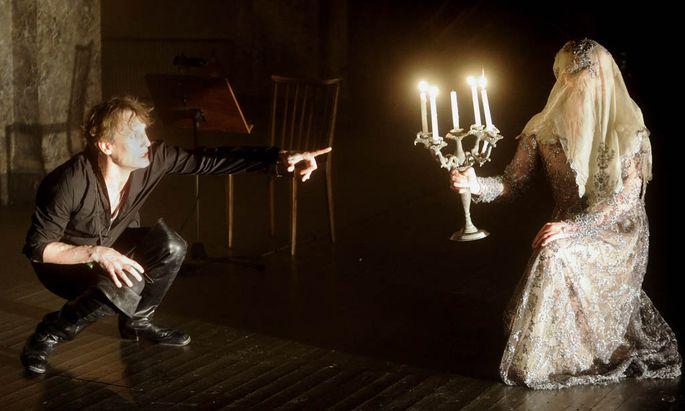 """Oh, diese Gespenster! Oliver Masucci als beredter Räuber Jaromir, Sven Dolinski als """"Ahnfrau"""": Bilderreich-witziger Grillparzer im Kasino."""