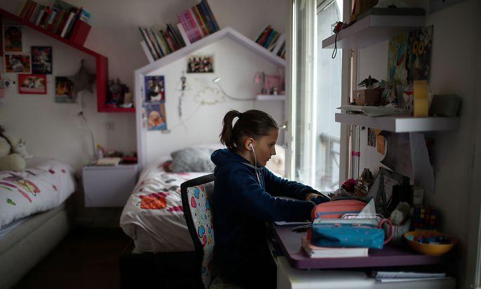 Schulunterricht in einem Pariser Kinderzimmer