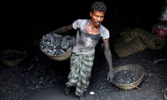 Ein Kohlearbeiter in Indien. Überschwemmungen schneiden das Land von seiner wichtigsten Energiequelle ab.