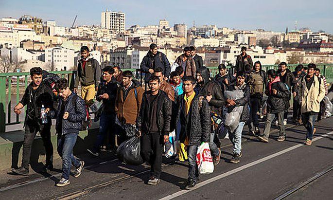 Ein Teil der neuen Marschformation Richtung Mitteleuropa verlässt Belgrad.