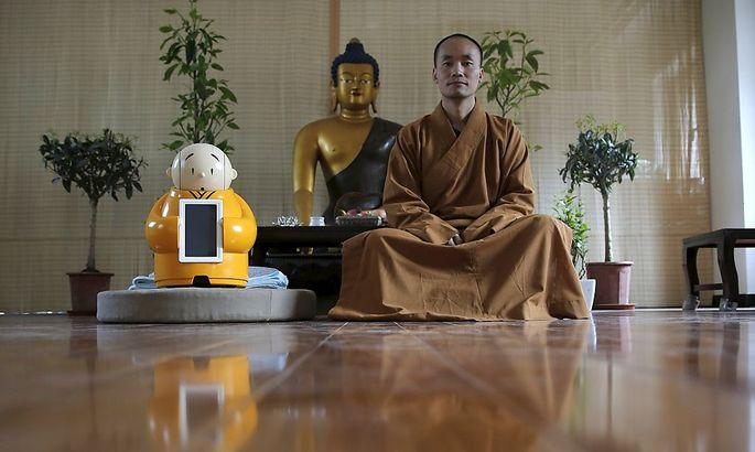 Meister Xianfan meditiert neben seiner Schöpfung.