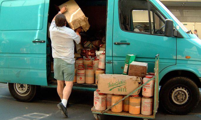 Mann beim Verladen von Paketen