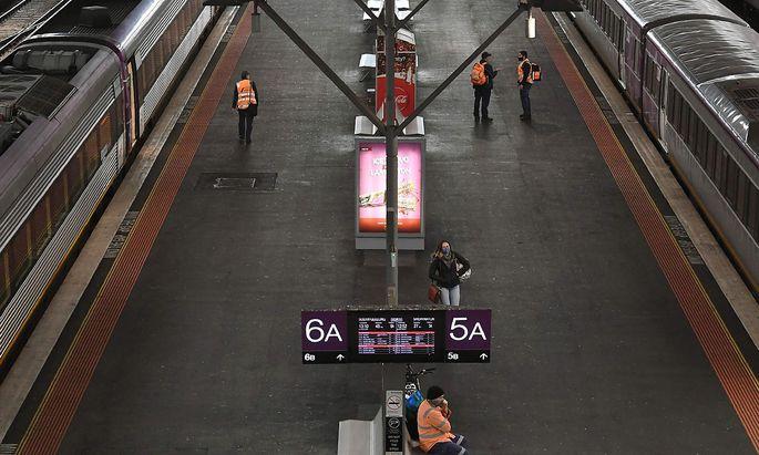 """Trotz des Lockdowns in vielen Staaten - im Bild ein Bahnhof im """"heruntergefahrenen"""" Melbourne am Freitag - wird die Klimaerwärumg wohl nicht gebremst."""