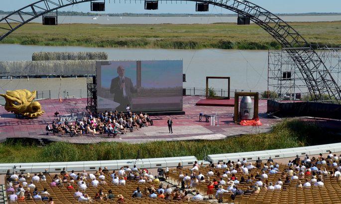 Viel frische Luft und Abstand – die Festspielbühne Mörbisch ist für Sponsionen der FH Burgenland eine optimale Kulisse.