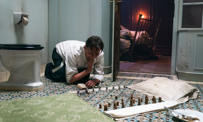 Nur anfangs benötigt der Gestapo-Häftling Bartok (Oliver Mastucci) seine Figuren aus Brotkrümeln – bald genügt ihm das Schach im Kopf.
