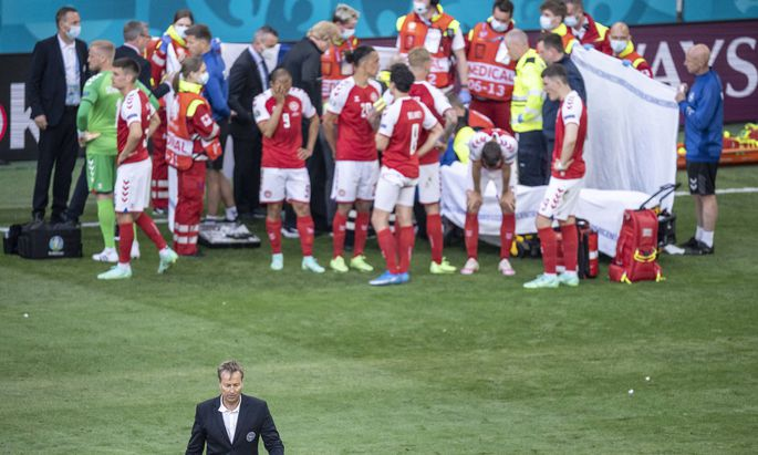 Danmarks landstraener Kasper Hjulmand efter at han har set til Danmarks Christian Eriksen under kampen mellem Danmark og