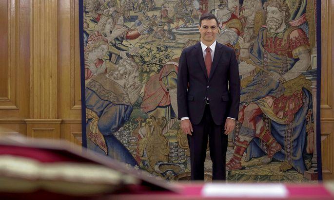 Nach der Ablegung des Amtseids zeigte sich der Premier zu einem Dialog mit dem katalanischen Ministerpräsidenten Quim Torra bereit, der ebenfalls am Wochenende sein Kabinett vorstellte und Sánchez Gespräche vorschlug.