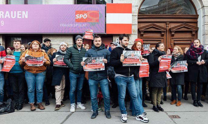 """""""Neustart jetzt!"""" forderten die parteiinternen Kritiker vor der SPÖ-Zentrale in der Löwelstraße."""