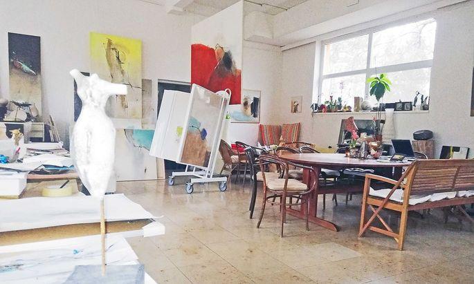 Blick ins Atelier, rechts einer der Lieblingsplätze Horvaths: der Esstisch.
