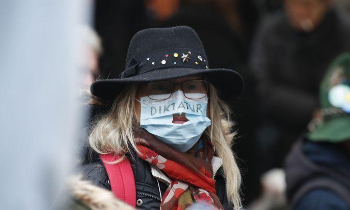 Im aktuellen Jahr kam es bereits zu einigen Demonstrationen gegen die Coronamaßnahmen. Hier eine Teilnehmerin am 2. Jänner in Graz.