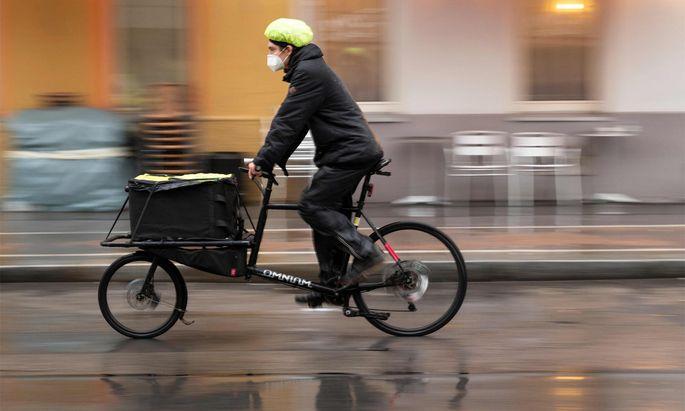 Ein Veloce-Fahrradkurier liefert in Wien Coronatests.