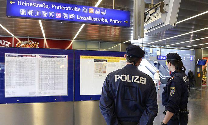 Um die 100 Polizisten sind täglich am und um den Praterstern eingesetzt.