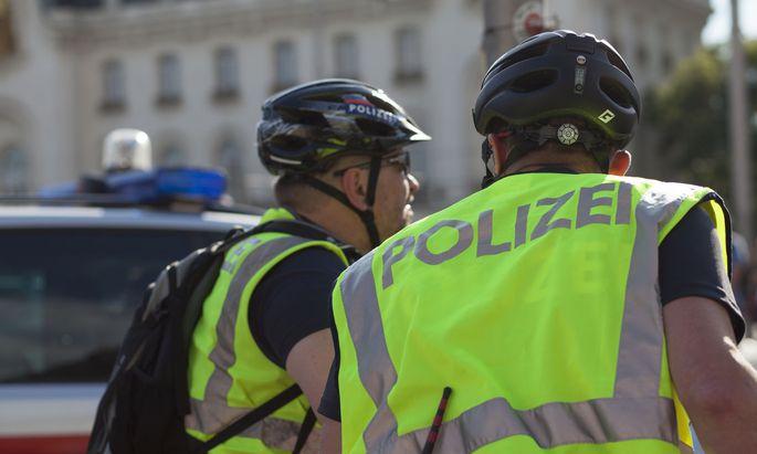 Die Polizei stellte einen Radfahrer, der auf dem Gehsteig gefahren war und vermutlich Drogen genommen hatte.
