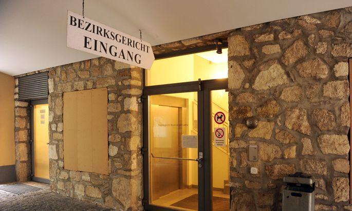 Symbolbild: Eingang zu einem Bezirksgericht