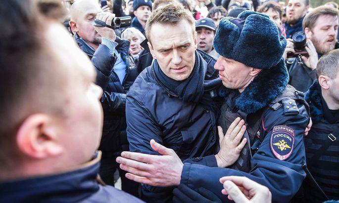 Polizisten nehmen Nawalny fest.