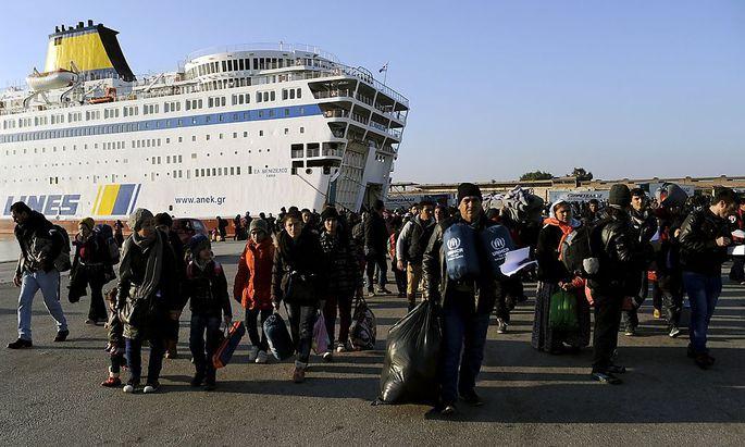 Fähren bringen ohne Pause Flüchtlinge in die griechische Stadt Piräus.
