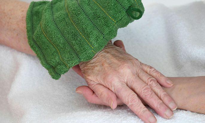 Manuelle Pflege ist nur ein Aspekt des Berufs.