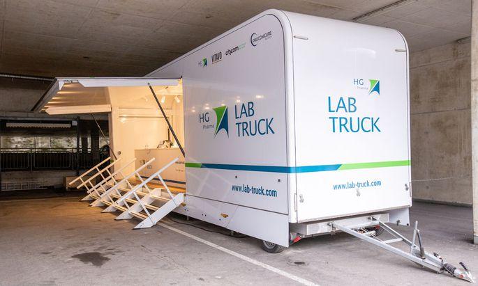 Der Gründer der Firma HG Pharma und ihrer mobilen PCR-Testbusse ist schwer unter Beschuss geraten. Aber auch das Land Tirol: Wie konnte der millionenschwere Vertrag ohne Ausschreibung vergeben werden?