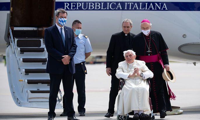 Vor dem Rückflug nach Rom am Flughafen München: Bayerns Ministerpräsident Markus Söder (li.) mit Papst Benedikt (vorne), Bischof Gänswein (Mitte, hinter dem Papst) und dem Regensburger Bischof Voderholzer.
